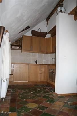 De keuken is L-vormig en voorzien van houten elementen (deels verscholen achter de muur). De keuken is van alle gemakken voorzien en compleet aan keukengerei waar u heerlijke gerechten kunt bereiden. Geen zin hebben om te koken? Giethoon kent diverse restaurants en rest. de Otterskooi is tegenover