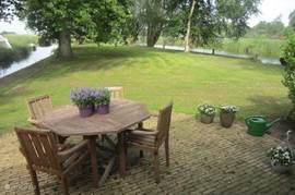 Vanuit het terras heeft u prachtig uitzicht over een gedeelte van de tuin met aan weerszijden water