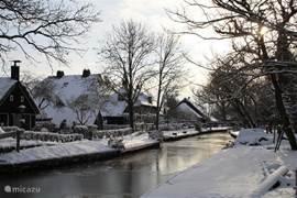 Het schilderachtig dorpje Dwarsgracht nabij Giethoorn met fraaie boerderijen, de gracht en diverse bruggetjes. De gracht staat dwars op Giethoorn en kent daardoor de naam Dwarsgracht. In de zomer zult u fietsers, wandelaars en bootjes zien varen door het dorp. Restaurant Otterskooi zit tegenover.