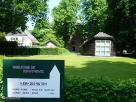 Gasten die bij ons logeren kunnen, indien gewenst, op zondag naar de kerkdiensten in de knusse kerk van Kootwijk. Tijden staan duidelijk aangegeven. U bent welkom!