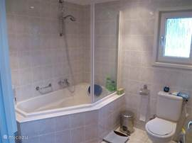 In onze ruime badkamer is het heerlijk vertoeven in de badkuip bijvoorbeeld. De badkamer is altijd heerlijk verwarmd door de CV in huis. De was kan er worden gedraaid (mocht u daar behoefte aan hebben?) en een groot badmeubel biedt u ruimte. Een haarföhn en krullenset in de kast horen er ook bij.