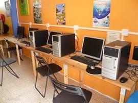 In de PLAZA vindt u ook de computer-ruimte, waar men kan Internetten en mailen. Gratis uiteraard. Maar er is ook Wifi in de Hut aanwezig voor een snelle blik op de binnenkomende post. Kinderen kunnen hier binnen spelen, o.a. spelletjes op de computer. Veel ander speelgoed is aanwezig.