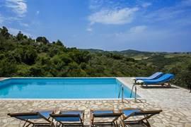 Heerlijk zwembad (6 x 9 m) met ruim terras om rustig te luieren en van het uitzicht te genieten
