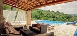 Zwembad met loungehoek en meer dan genoeg ruimte om heerlijk te relaxen