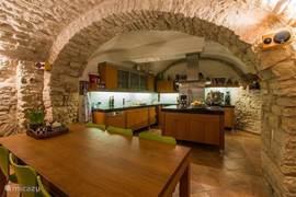 Keuken met eettafel onder origineel middeleeuws tongewelf