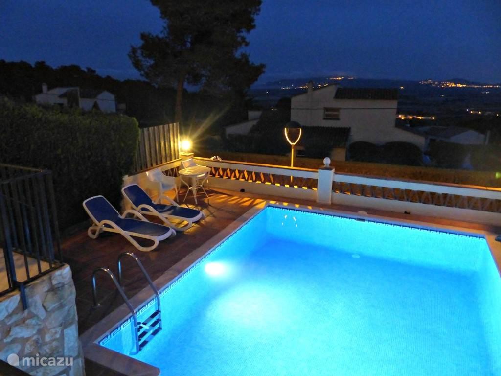 Het zwembad in de avond