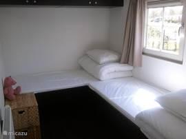 2e slaapkamer met twee losse 1 persoonsbedden.