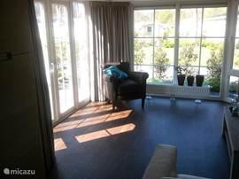 Heel veel licht inval in de woonkamer, waar het heerlijk relaxen is.