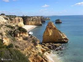 Quarteira heeft een mooie boulevard met een heerlijk breed strand op 10 minuten loopafstand. Ca 10 km naar rechts bevinden zich stranden met rotspartijen. 10 km naar links zijn er lagunes met prachtige  vlakke stranden.