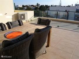 Uitzicht van het afgeschermd dakterras (50 m2) naar Quarteira. Zowering kan open en dicht voor een heerlijk schaduwplekje op het grote terras.