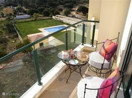 balkon met heerlijke stoeltjes. In de morgen genieten van het uitzicht naar Loule en van de heerlijke ochtend zon.