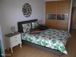 grote slaapkamer met en-suite badkamer. Groot bed van 1m60 x 2m00.