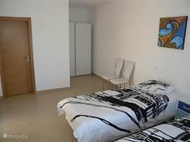 aparte slaapkamer met 2 bedden en met en-suite badkamer en te bereiken via het terras. Eigen balkon en dus veel privacy.