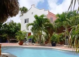 Huis en zwembad gezien vanaf de palapa