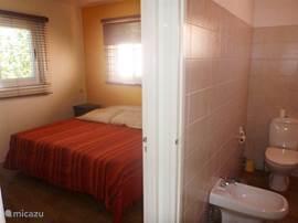 Slaapkamer met aangrenzende badkamer