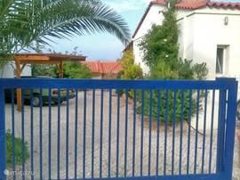 De parkeerplaats voor de auto ligt naast het huis. Heel makkelijk voor het in- en uitladen van allerlei spullen; geen uitgebreid gesjouw