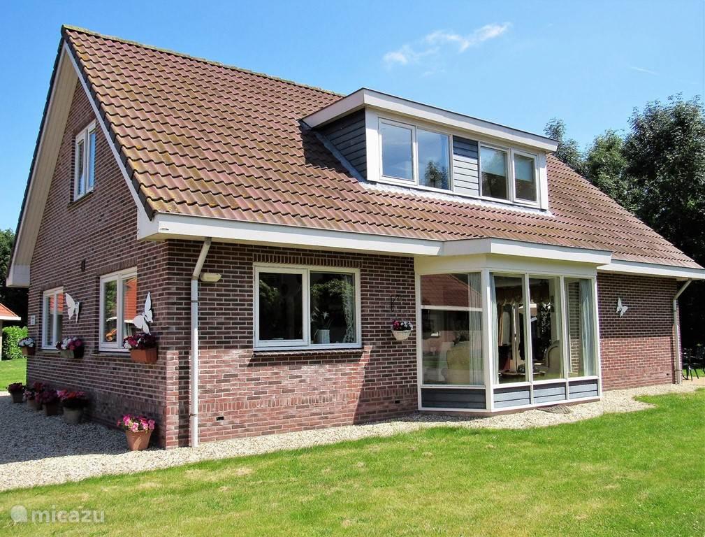 Aanzicht van ons huis, met de erker en dubbele dakkapel