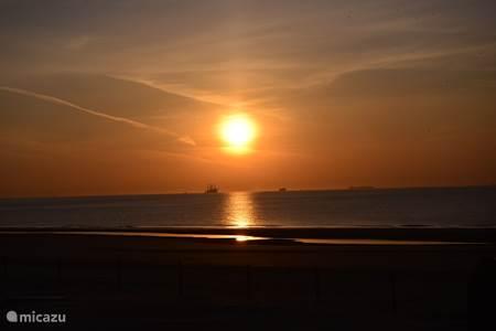 prachtige zonsondergang boven zee