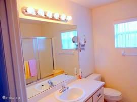 badkamer met ligbad & douche, dubbele wastafel en toilet. ( full airco)