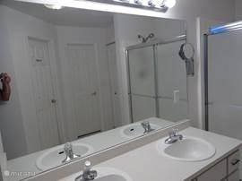 badkamer welke behoort bij de mastersleeproom, is voorzien van douche dubbele wastafel, inbouwkasten. Het toilet in deze badkamer is een separaat toilet. Alles full Airco