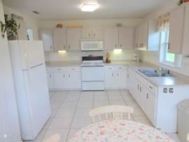 Ruim en lichte woonkeuken met alle comfort, uitzicht op de voorzijde