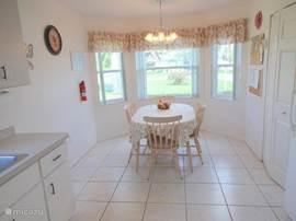 Ruime comfortabele woonkeuken met eethoek en voorzien van alle denkbare comfor