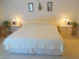 Master bedroom (kingsize bed) met een directe verbinding naar de badkamer en een apart toilet. Voorzien van KTV.