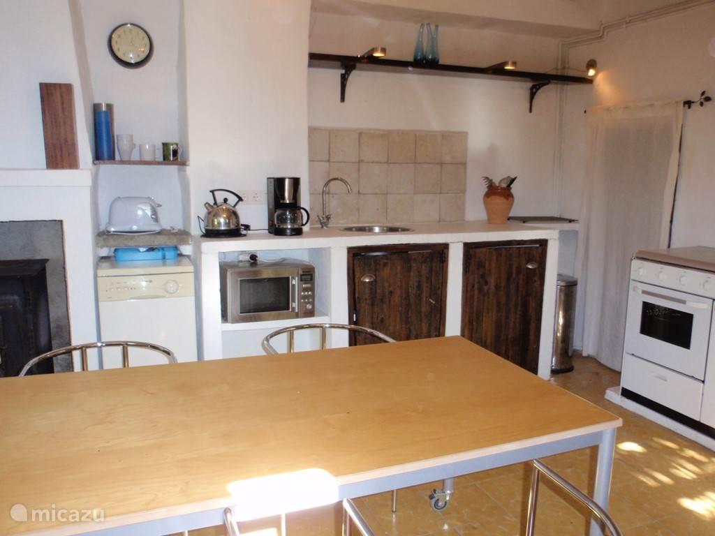 Keuken in het kleine huisje (13-16 pers.)