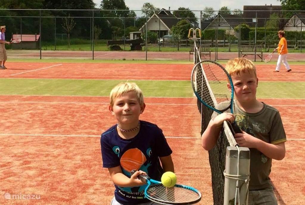 Heerlijk tennissen op 1 van onze tennisbanen.