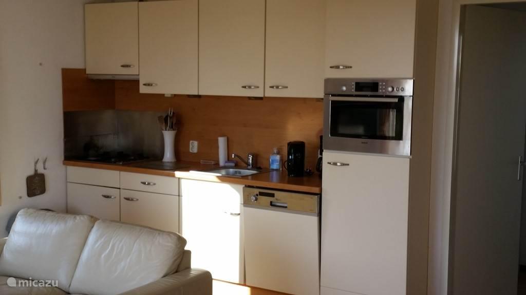 Onze keuken, vanaf alle gemakken voorzien, zoals een luxe combimagnetron, vaatwasser, koelkast met vrieslade.