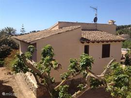 De achterkant van de villa vanaf de weg gezien.