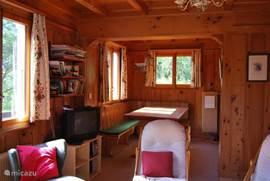 Eetkamer met verbinding naar de keuken.