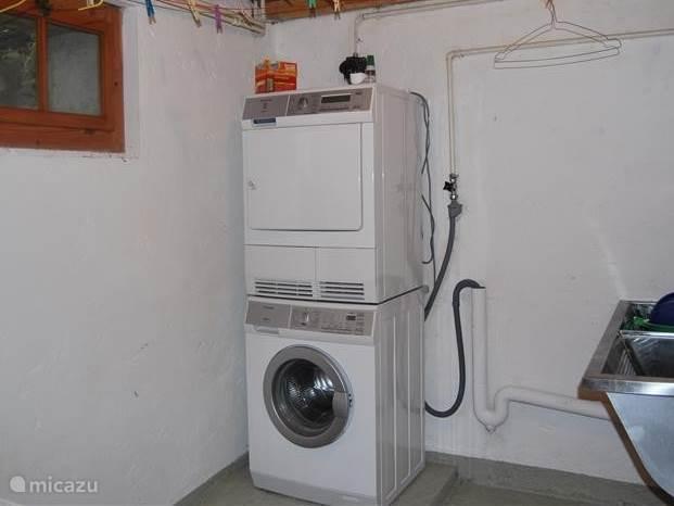Wasmachine en droger, met mogelijkheid was te drogen te hangen. Diepvries aanwezig.