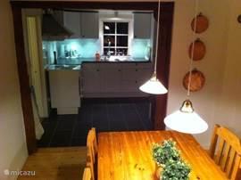 De eetkamer met keuken.