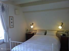 Slaapkamer met dubbelbed. Traagschuim matras. Karakteristiek balkenplafond. Toilet op verdieping is via deur vanuit de slaapkamer te bereiken.