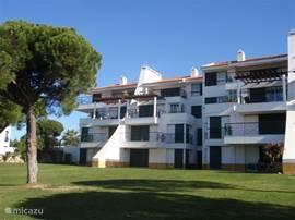 Het appartement bevindt zich op de bovenste verdieping, heeft een ruim en zonnig terras met fraai uitzicht over de besloten zwembaden en binnentuin.