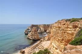 Fraai uitzicht en strandje bij Praia da Marinha.