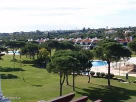 Fraai uitzicht vanaf het terras op de besloten zwembaden en binnentuin.