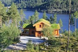 Een warm mooi vakantiehuis, in 2010 gebouwd volgens traditionele noorse bouwwijze, modern en smaakvol ingericht, compleet met veranda, sauna, etc., voor 6 personen, schitterend gelegen aan een meer, op ruime afstand van andere huisjes. Unieke hytte op een unieke plaats!
