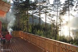 's Avonds op de veranda, genietend van het uitzicht over het meer.