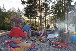 's Avonds een kampvuur voor het huisje, brood bakken boven het vuur, met worstjes, eigen gemaakte bosbessenjam en marshmellows