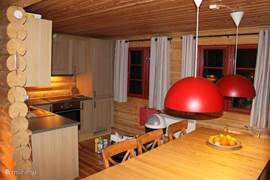 Ruime open keuken, geheel in hout, met  een moderne, complete inrichting