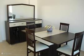 eetkamer, 6 stoelen ( in elke slaapkamer één) en 4 rond de tafel.