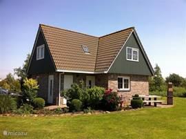 De tuin is 1000 m² voorzien van 2 grote terrassen, bloemborders, bomen, grasveld, een steiger, een open verbinding met het IJsselmeer.Vanuit huis en vanaf het terras  heeft u een prachtig uitzicht over het natuurgebied. Luxe tuinset en grote parasol met barbecue laten u niets missen.