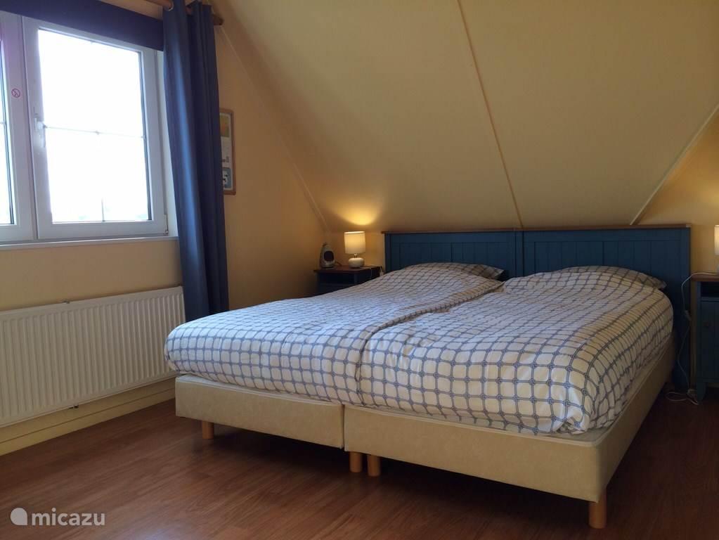 Slaapkamer blauw voorzien met twee 90x 200 cm boxspringbedden. Bedden kunnen ook enkel staan.