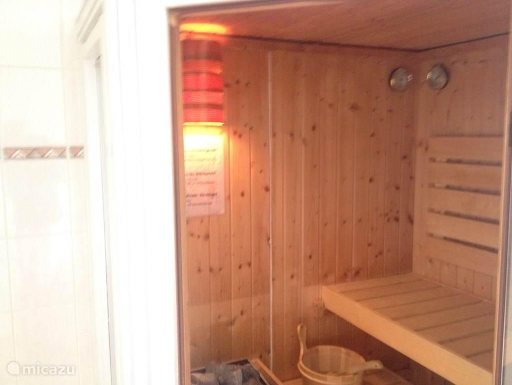 De beachvilla beschikt over twee badkamers, een op begane grond met een kleine sauna, twee persoons whirlpool met verlichting en vaste wastafel. de andere badkamer bevindt zich op de eerste vedieping en is voorzien van: douche, wastafel, toilet en vloerverwarming.