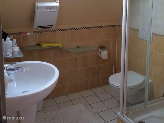 Badkamer boven voorzien met vloerverwarming, toilet, wastafel en extra verwarming.