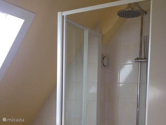 Hier te zien is de nieuwe Rainshower in de badkamer op de eerste verdieping.