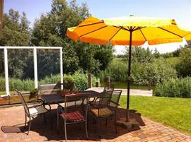Terras met luxe tuinmeubles en met vrije uitzicht over het natuurgebied. Eigen aanlegsteiger - ideal voor eigen bootje of voor vissers.