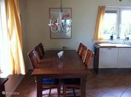 Eetkamer met grote eetafel en 6 eetkamerstoelen.